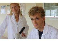 BACTERIAS eliminadas con OZONO. Un adolescente descubre que el calor hace crecer el número de bacterias en el mar